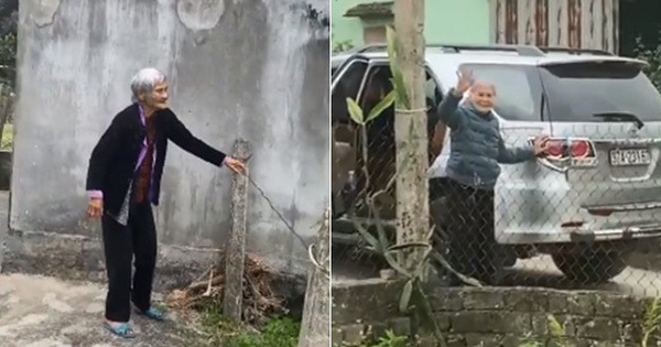 Xúc động clip mẹ già 103 tuổi bịn rịn ra tiễn con gái 80 tuổi