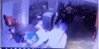 Đang ngồi soát vé ở hầm xe, người phụ nữ bị xe máy húc bay về phía sau