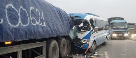 Xe khách đâm vào đuôi xe đầu kéo, 16 người thương vong