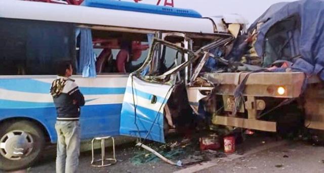 Vụ xe khách đâm xe đầu kéo, xe chở đoàn người thân trong gia đình đi lễ chùa