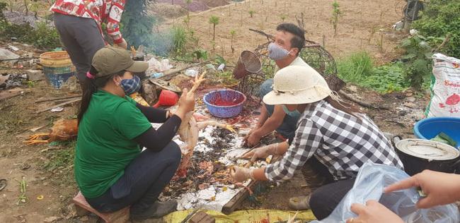 Nhóm người làm thịt gà của chị Lan, mỗi ngày thu từ 5-6 triệu đồng tiền công.