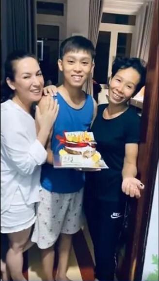 Hồ Văn Cường đón sinh nhật tuổi 18 bên mẹ ruột và mẹ nuôi