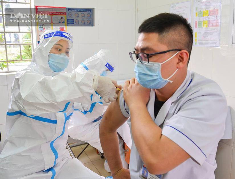 Tiêm vắc xin phòng Covid-19 cho 80 y, bác sĩ, nhân viên y tế