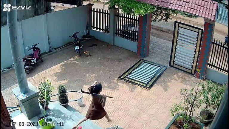 Nhan sắc xinh đẹp của bà bầu cầm rựa xông phi ra cổng giúp chồng đuổi trộm
