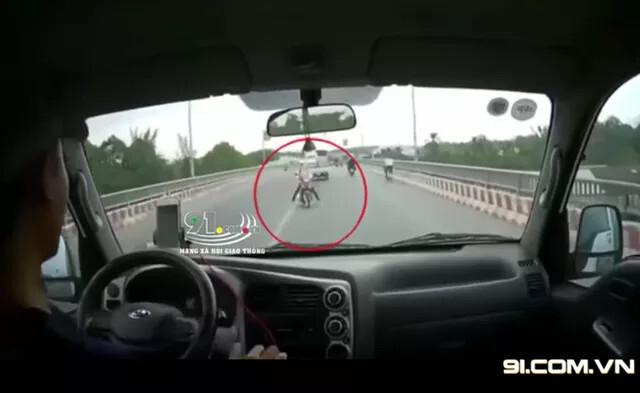 Nữ Ninja lấn làn lao thẳng vào đầu ô tô tải, khoảnh khắc vụ tai nạn khiến tất cả rụng rời