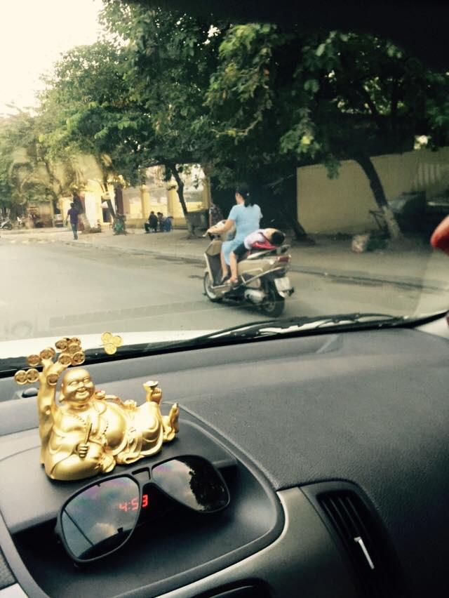 Hành động dại dột của mẹ khi đèo con bằng xe máy khiến dư luận phẫn nộ