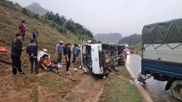 Xe tải mất lái đâm vào taluy đường khiến 6 người chết, một người bị thương nặng