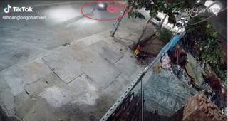 Em bé một mình chạy sang đường lúc nửa đêm bị xe máy tông trực diện, toàn cảnh sự việc khiến phụ huynh rụng rời