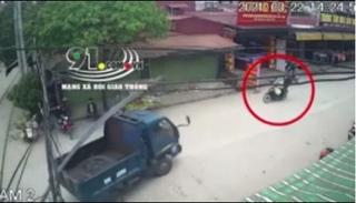 Clip: Nam thanh niên nhập viện vì bị thanh sắt từ xe tải đâm vào người