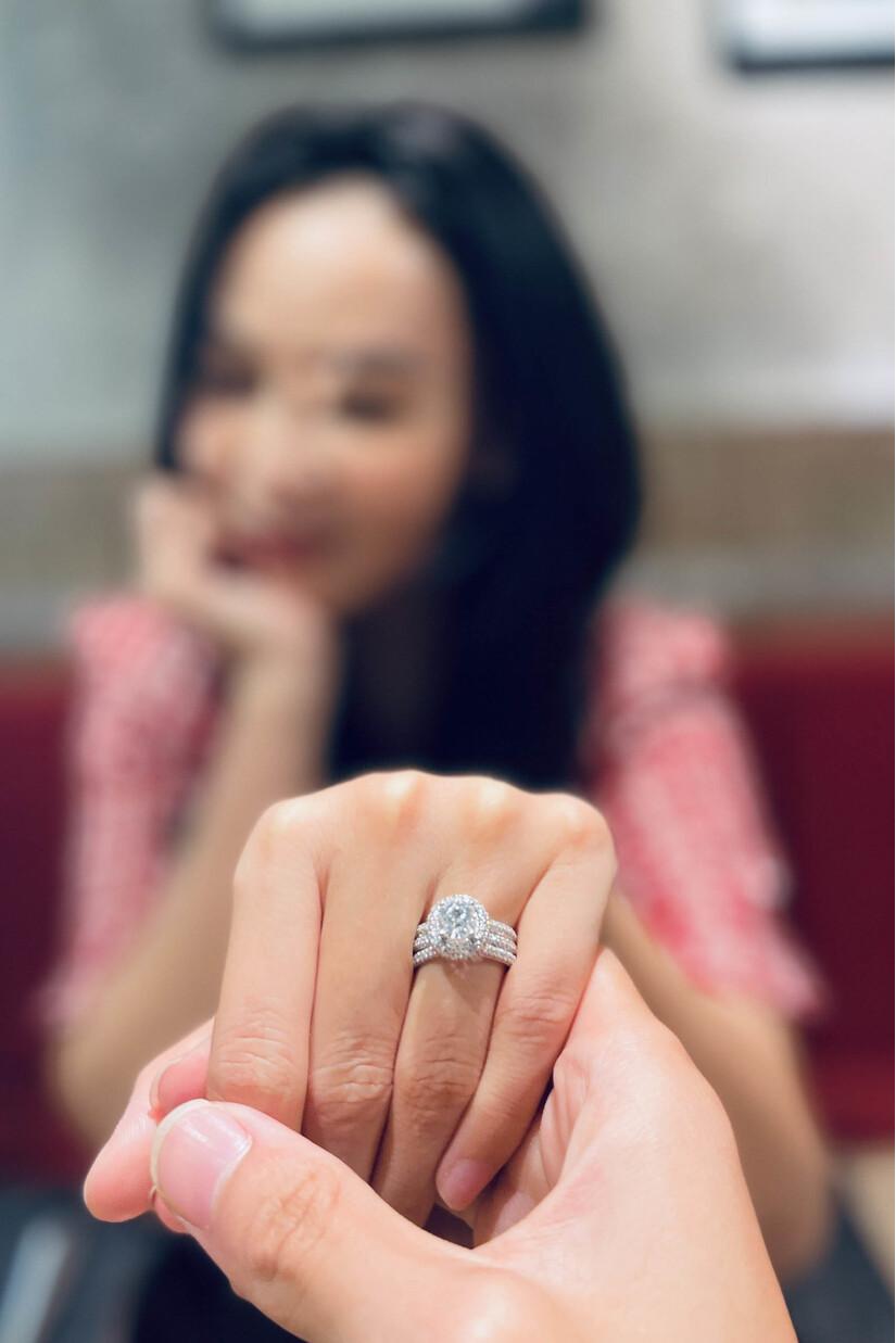 Mỹ Ngọc hạnh phúc khoe nhẫn kim cương trên trang cá nhân
