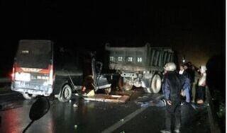 Xe khách va chạm khủng khiếp với xe tải trên quốc lộ, 3 người tử vong