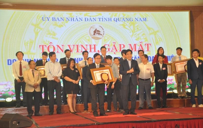 Đại diện nhà máy Number One Chu Lai nhận bằng khen của UBND tỉnh Quảng Nam