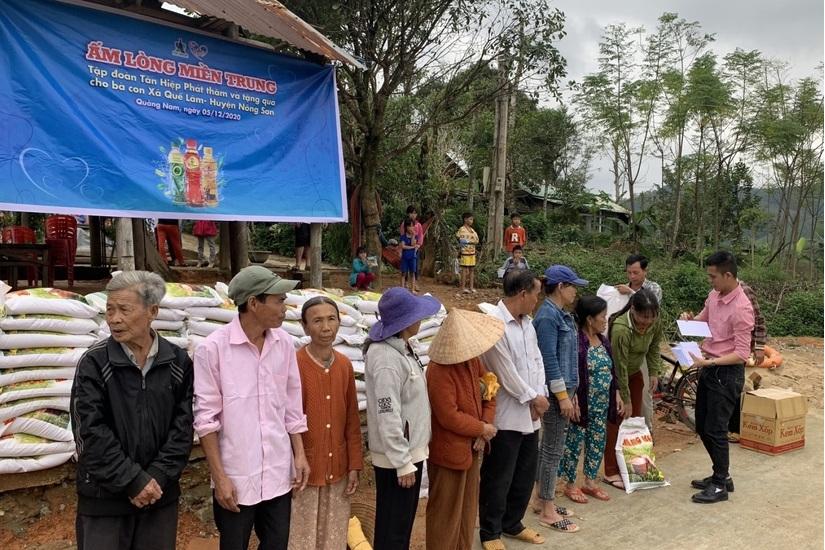 Tổ chức trao quà cho bà con nghèo tại huyện Nông Sơn