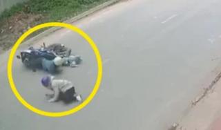 2 vợ chồng cùng con nhỏ đèo nhau trên xe máy bỗng ngã văng xuống đường, vệt đỏ trên cổ hé lộ nguyên nhân hãi hùng