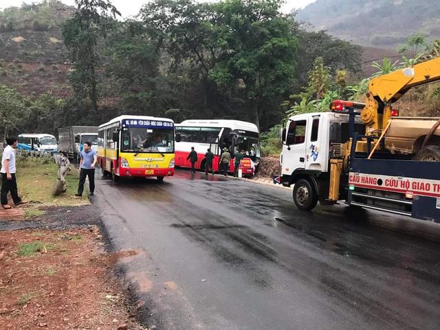 Tai nạn liên hoàn giữa 3 xe ô tô trên QL6 khiến 4 người bị thương