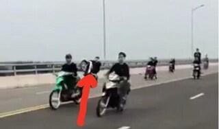 Xuất hiện clip hàng chục thanh niên 'bốc đầu xe' trên cầu Cửa Hội