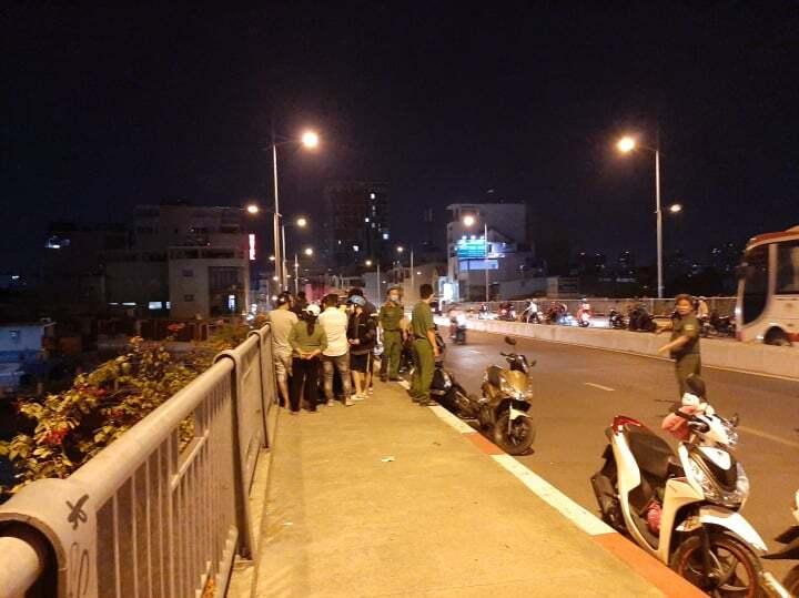 Thanh niên nhảy cầu Sài Gòn tự bơi về nhà, mặc cho đội cứu hộ tìm kiếm cả đêm