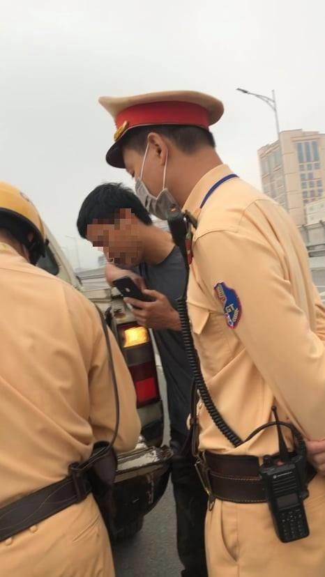 Xin bỏ qua lỗi vi phạm bất thành, tài xế rút điện thoại livestream khoe thành tích