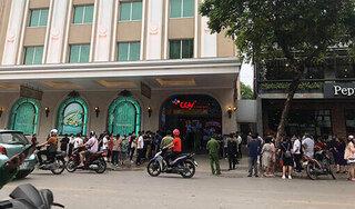 Ô tô bốc cháy trong hầm trung tâm thương mại nổi tiếng nằm giữa phố cổ Hà Nội