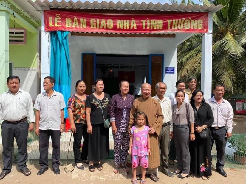 Thầy Thích Trí Huệ trao gần 1000 ngôi nhà cho bà con nghèo