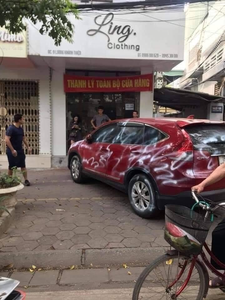 Đỗ xe chắn cửa hàng, ô tô Honda CR-V bị phun sơn trắng kèm dòng chữ làm ơn đỗ xe có ý thức