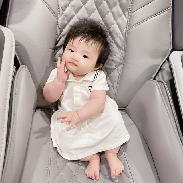 Con gái 6 tháng tuổi của Đông Nhi đã biết làm điệu, nhìn gương mặt ai cũng nhận xét giống Ông Cao Thắng y đúc