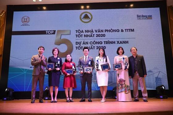 Bà Lê Thị Hồng Na (áo dài) – GĐ Trung tâm R&D Phuc Khang Corporation nhận kỷ niệm chương chứng nhận dự án Diamond Lotus Riverside lọt TOP 5 dự án CTX tốt nhất 2020