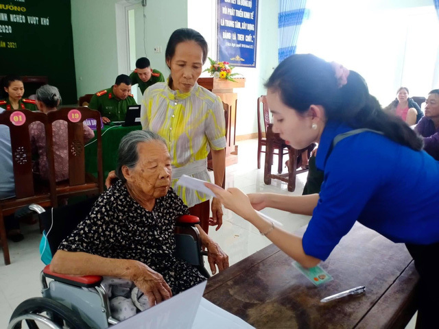 Xúc động hình ảnh các chiến sĩ công an giúp các cụ già đi làm căn cước công dân ở Huế