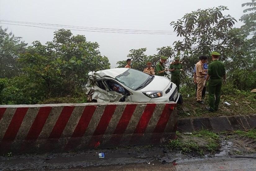 Ô tô con đối đầu xe khách, 2 người tử vong tại chỗ