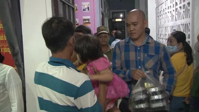 Người dân mang đồ ăn, nước uống cho công an thức đêm làm căn cước công dân gắn chip