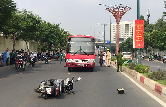 Nâng xe buýt, đưa thi thể người đàn ông mắc kẹt dưới gầm xe ra ngoài