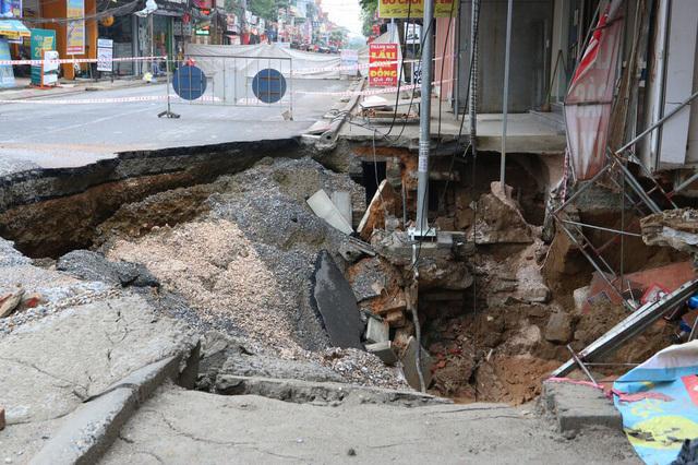 Hố tử thần ở Hà Nội tiếp tục lan rộng, nhiều hộ dân phải di dời khẩn cấp