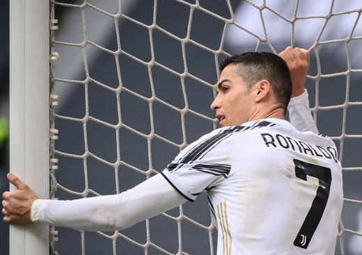 Ronaldo bỏ lỡ bàn thắng không tưởng
