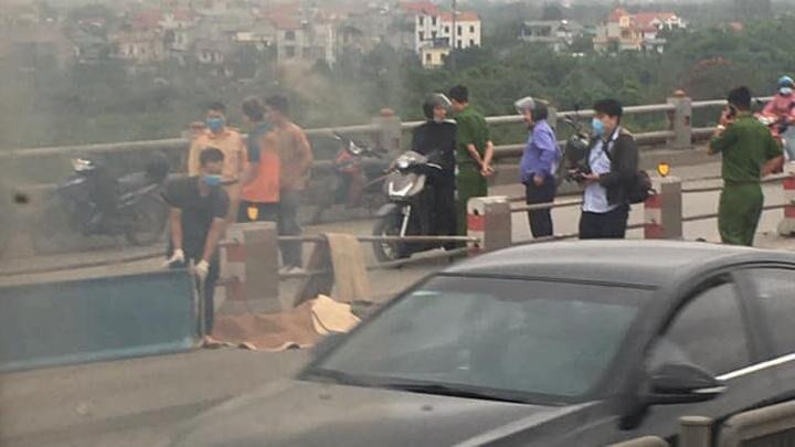Bàng hoàng phát hiện thi thể nhân viên giao hàng trên cầu Thanh Trì