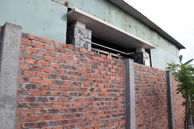 Cho rằng hàng xóm dọa trên Facebook, một gia đình ở Quảng Nam đã xây tường chắn cửa