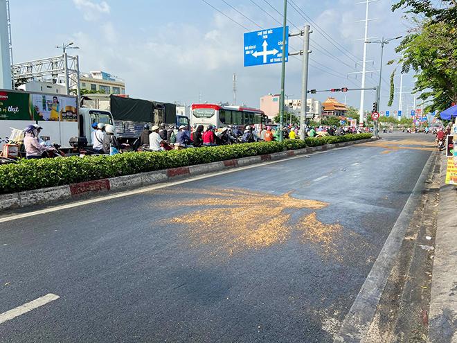 Dầu đổ tràn ra đường và hành động cực đẹp của CSGT TP.HCM