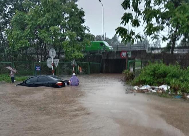 Ô tô, xe máy bơi trong biển nước trên Đại lộ Thăng Long sau trận mưa lớn