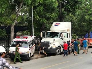 TP Thủ Đức: Nam tài xế xe container chết trong cabin, xe vẫn nổ máy, đèn vẫn chớp