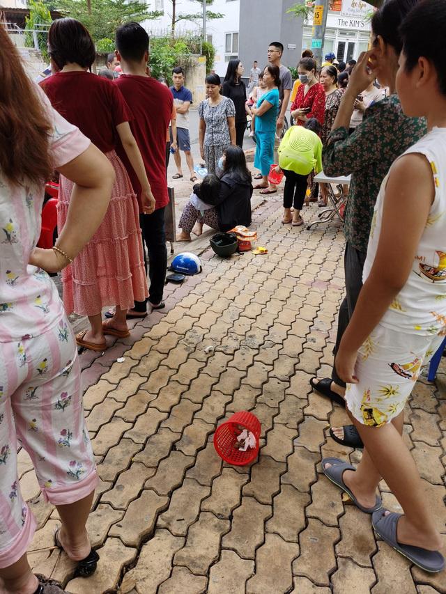 Nữ tài xế đạp nhầm chân ga tông trúng 2 mẹ đang đứng dưới sân chung cư, hiện trường khiến nhiều người kinh hãi