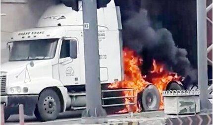 Xe container bốc cháy dữ dội ở TP Thủ Đức