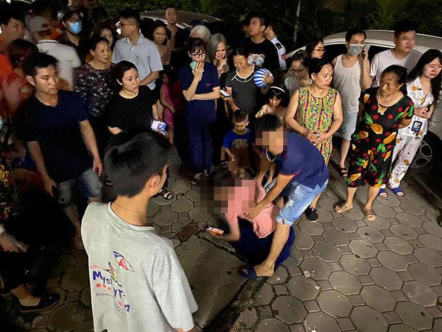 Bé gái 4 tuổi rơi từ tầng 24 chung cư tử vong, mẹ gào khóc gọi con
