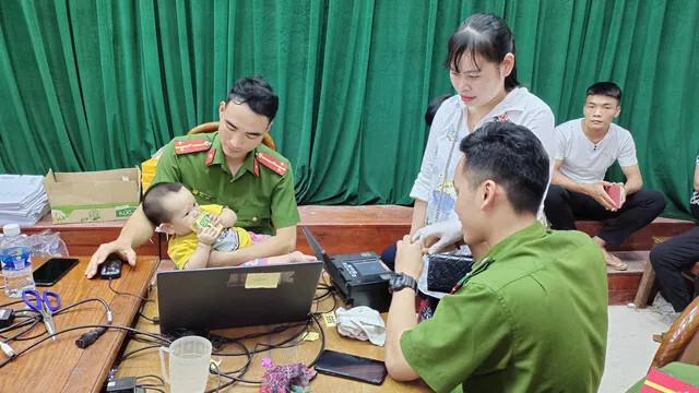 Xúc động hình ảnh các chiến sĩ công an làm việc 24/24h để hỗ trợ cấp căn cước công dân