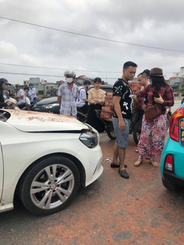 Xe xích lô chế chở gạch tông móp đầu Mercedes, nữ tài xế bất lực nhìn hiện trường
