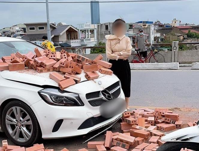 Hành động đẹp của nữ tài xế Mercedes sau khi bị xe xích lô chở gạch tông trúng