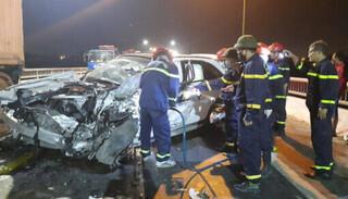 Quảng Bình: Đâm đuôi xe tải, tài xế xe con tử vong tại chỗ