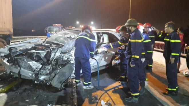 Mercedes GLC đâm hông xe tải trên cầu Quán Hàu, tài xế tử vong trên ghế lái