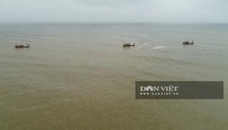 Vụ 8 học sinh ra tắm biển, 4 học sinh đuối nước: người dân dùng flycam tìm kiếm 3 em còn mất tích
