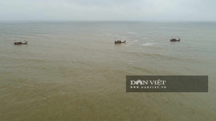 Vụ 8 học sinh ra tắm biển, 4 em đuối nước, người dân dùng flycam tìm kiếm 3 em còn mất tích