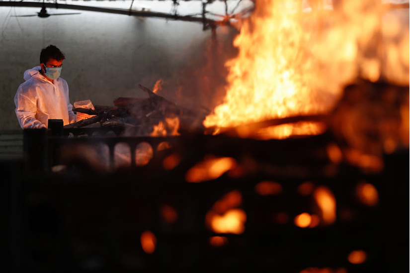 Ấn Độ tiếp tục phá kỷ lục số người chết vì Covid-19 trong 3 ngày liên tiếp, lửa hỏa táng cháy ngày đêm