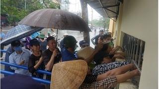 CĐV Thanh Hoá đội mưa xếp hàng mua vé xem đội nhà đấu HAGL